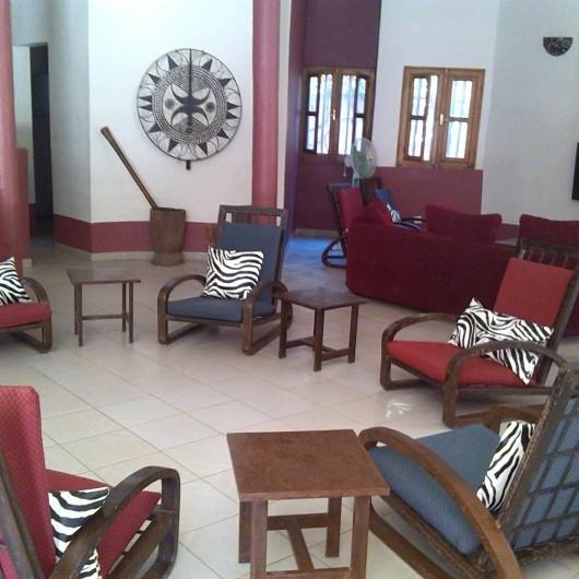 Location de vacances - Chambre d'hôtes à Saly - Vue d'ensemble du salon