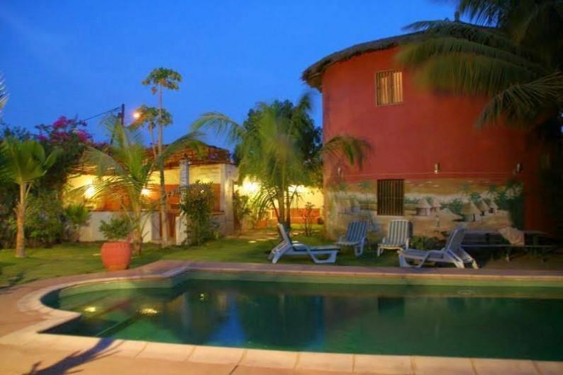 Location de vacances - Chambre d'hôtes à Saly - Vue sur piscine et jardin la nuit