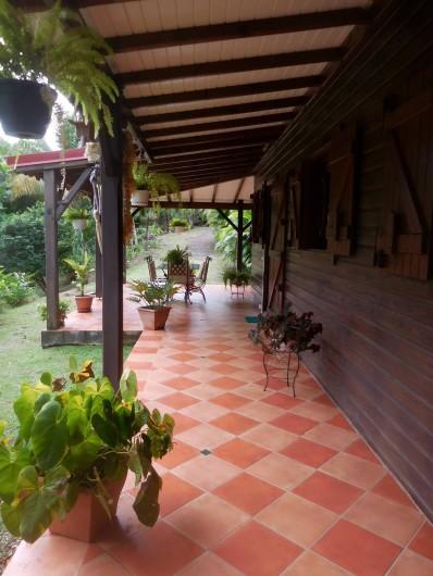 Location de vacances - Gîte à Deshaies - la terrasse vue d'un autre angle