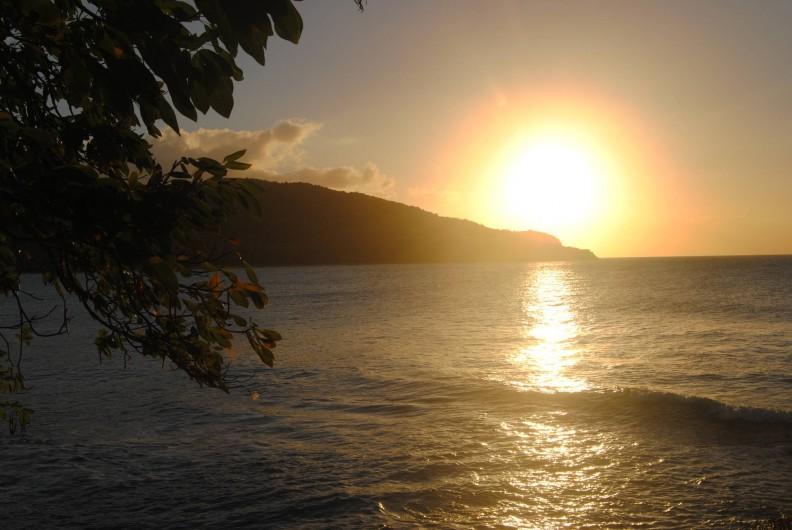 Location de vacances - Gîte à Deshaies - couché de soleil sur la plage de grande-anse à 2 km du gîte