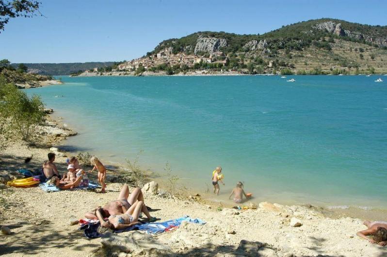 Location de vacances - Camping à Bauduen - Plage naturelle en bas du camping