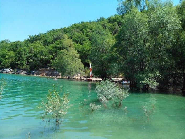 Location de vacances - Camping à Bauduen - Lac en bas du camping
