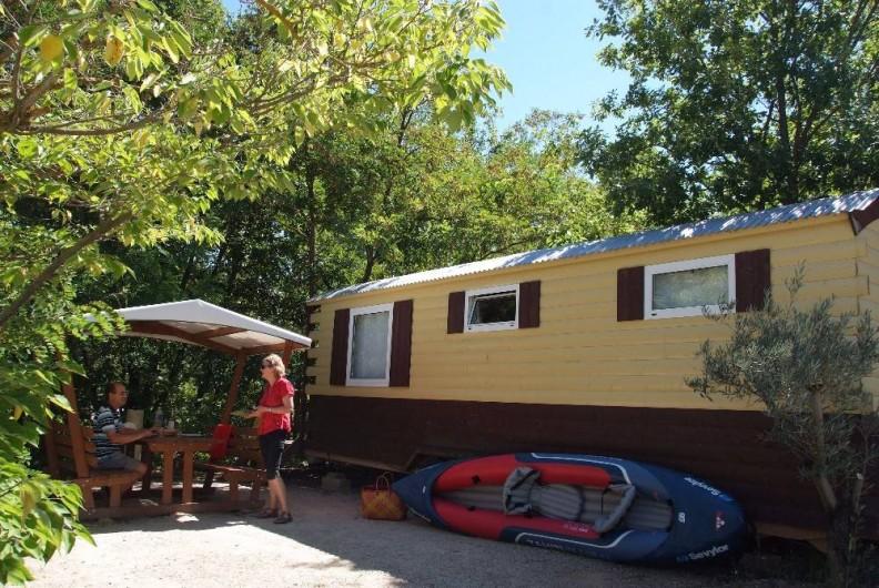 Location de vacances - Camping à Bauduen - Roulotte pour une famille de 4 mersonnes