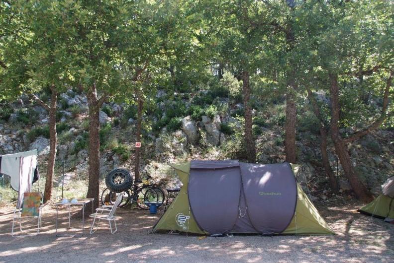 Location de vacances - Camping à Bauduen - Emplacement en lisière de bois
