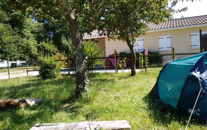 Location de vacances - Villa à Hourtin - Le jardin et la maison des voisins en résidence secondaire