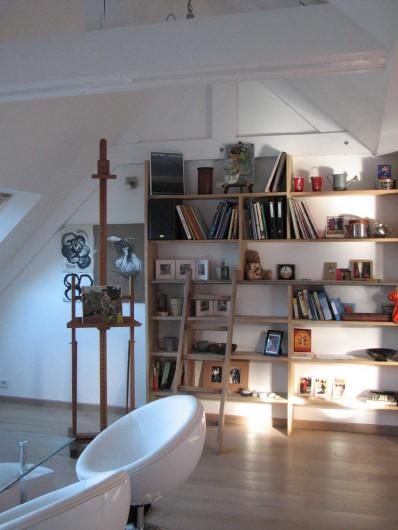 Location de vacances - Appartement à Clohars-Carnoët - le séjour toit cathédrale - vinyles et livres de vacances