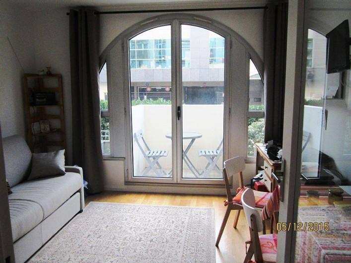 Location de vacances - Studio à 15e Arrondissement - séjour avec vue sur le balcon