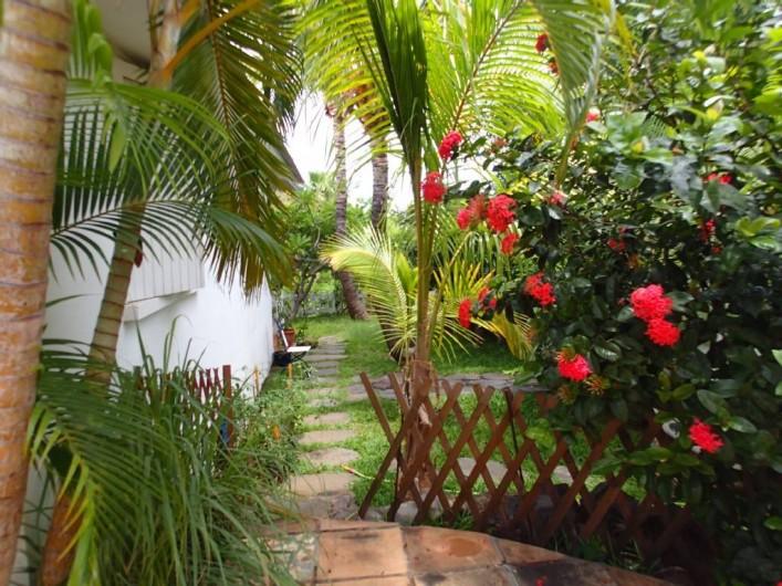 Location de vacances - Villa à La Saline-Les-Bains - Vue de la piscine vers le jardin côté gauche de la villa