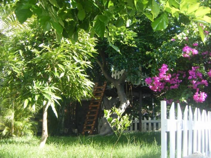 Location de vacances - Villa à La Saline-Les-Bains - Jardin côté droit (parking)