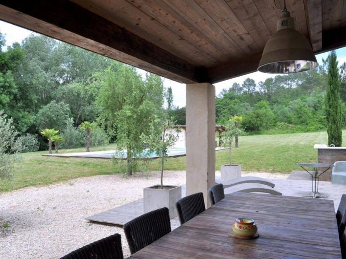 Location de vacances - Mas à Barjac - Terrasse couverte avec une grande table pour 10 personnes