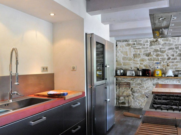 Location de vacances - Mas à Barjac - cuisine avec cave à vin, 2 fours, four micro-ond
