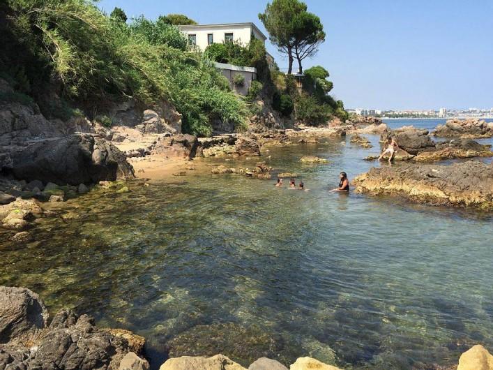 Location de vacances - Appartement à Vallauris - crique accessible depuis lea plage