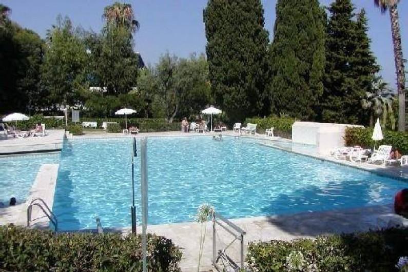 Location de vacances - Appartement à Vallauris - Piscine équipée de bain de soleil et parasol