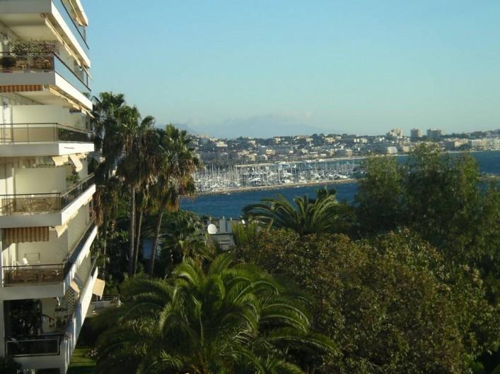 Location de vacances - Appartement à Vallauris - vue vers le port de golfe juan