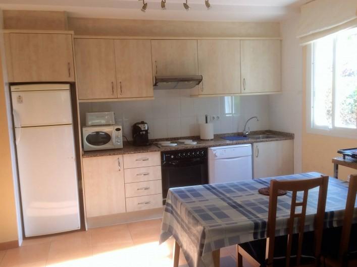 Location de vacances - Appartement à Canet d'en Berenguer - Coin cuisine - réfrigérateur - Four - Plaques chauffantes -lave-vaisselle