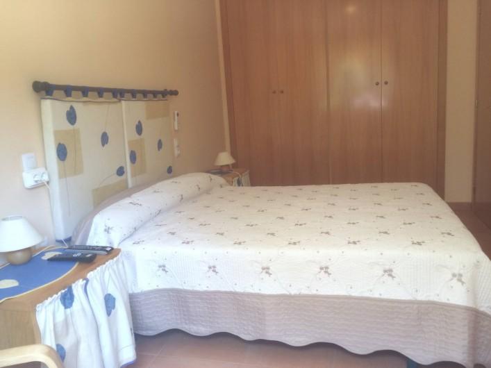 Location de vacances - Appartement à Canet d'en Berenguer - Chambre 1 - Lit double 150cm - Grande armoire penderie - Télé Satellite