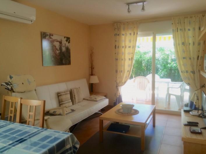 Location de vacances - Appartement à Canet d'en Berenguer - Le séjour: coin salon - Télé écran plat  - Chaines Françaises par satellite