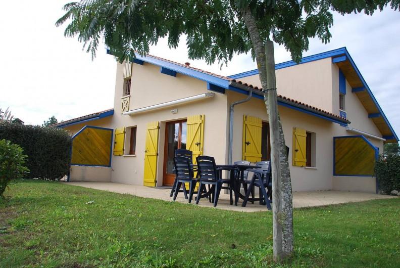 Location de vacances - Villa à Saint-Julien-en-Born - jardin équipé de salon de jardin, bains de soleil, étendoir à linge
