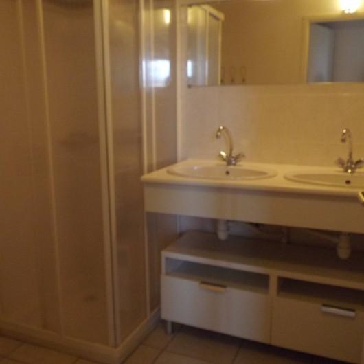 Location de vacances - Villa à Saint-Julien-en-Born - salle de bains avec 2 vasques et une duche