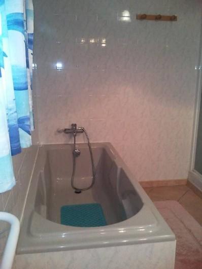 Location de vacances - Villa à Lamanon - salle de bain avec baignoire