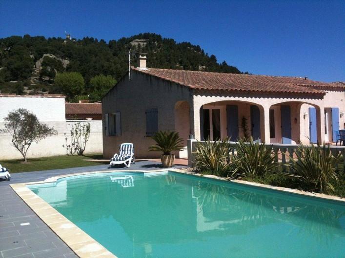 Location de vacances - Villa à Lamanon - extérieur piscine
