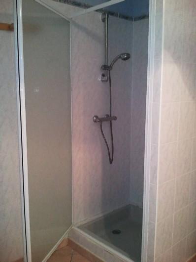 Location de vacances - Villa à Lamanon - salle de bain avec douche