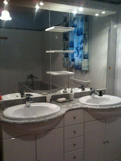 Location de vacances - Villa à Lamanon - salle de bain avec deux vasques