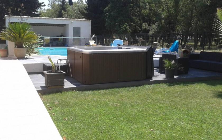 Location de vacances - Villa à Lamanon - extérieur piscine et jacuzzi spa 4 places