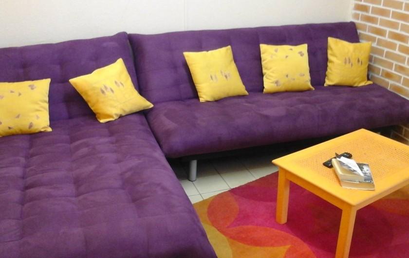 Location de vacances - Appartement à Saint-Joseph - Espace cocooning salon avec clic clac,  méridienne et TV