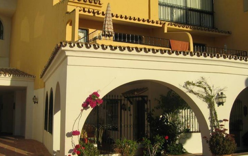 Location de vacances - Appartement à Urbanización Cabopino - Vue au départ de la petite cour intérieure, calme et fleurie