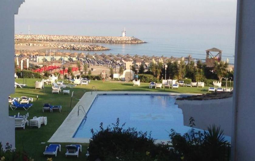 Location de vacances - Appartement à Urbanización Cabopino - Vue de la spacieuse terrasse : notre piscine semi-olympique et la mer !