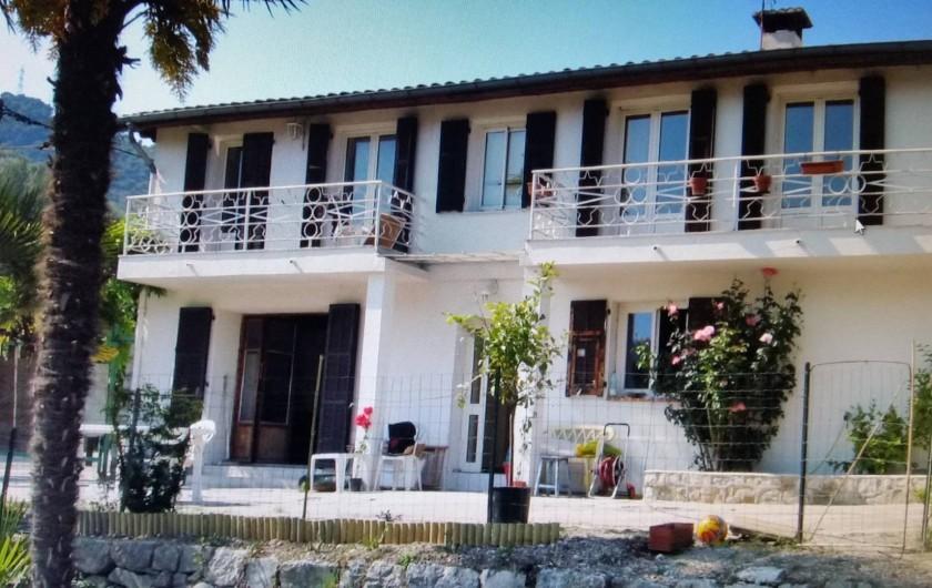 Location de vacances - Villa à Cantaron - La maison vue du jardin