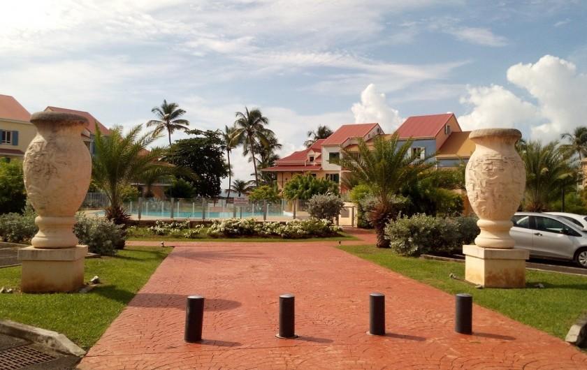 Location de vacances - Appartement à Bas du Fort - La piscine est au centre de la résidence.