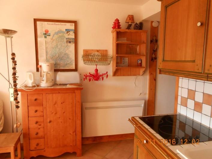 Location de vacances - Appartement à Villard-sur-Doron - La cuisine, et les séchages de gants, chaussettes, etc
