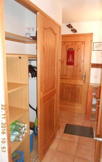 Location de vacances - Appartement à Villard-sur-Doron - L'entrée et son grand placard de rangement