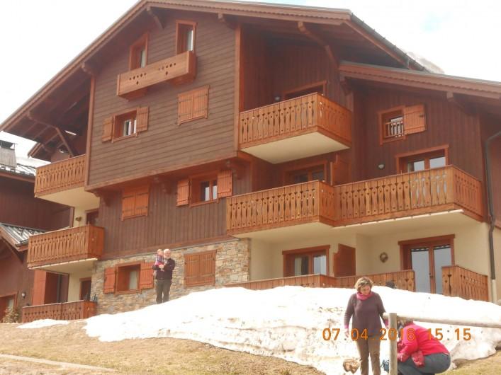 Location de vacances - Appartement à Villard-sur-Doron - Vue sur notre chalet. Notre appartement est à droite, rez de jardin
