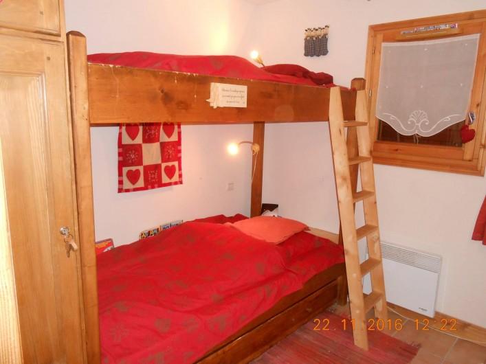 Location de vacances - Appartement à Villard-sur-Doron - Lits superposés et en dessous, le lit tiroir