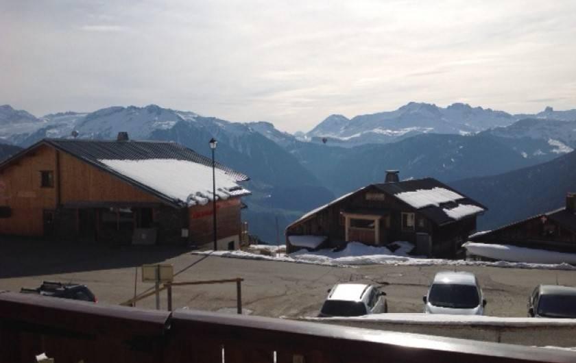 Location de vacances - Appartement à Villard-sur-Doron - Vue sur la Pierra Menta, et tout le massif du Beaufortain, depuis le  balcon