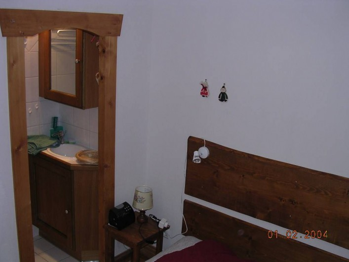 Location de vacances - Appartement à Villard-sur-Doron - De la chambre, on aperçoit l'entrée de la douche