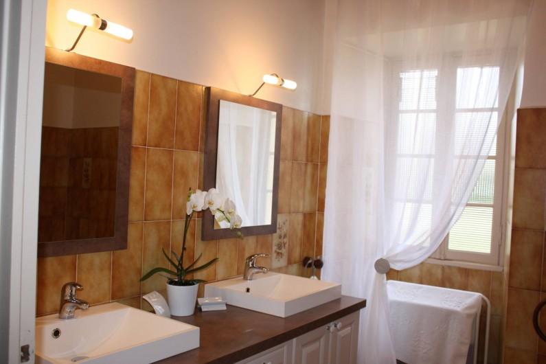 Location de vacances - Gîte à Saint-Aubin - Salle de bain 2 vasque + 1 meuble avec 1 grand miroir