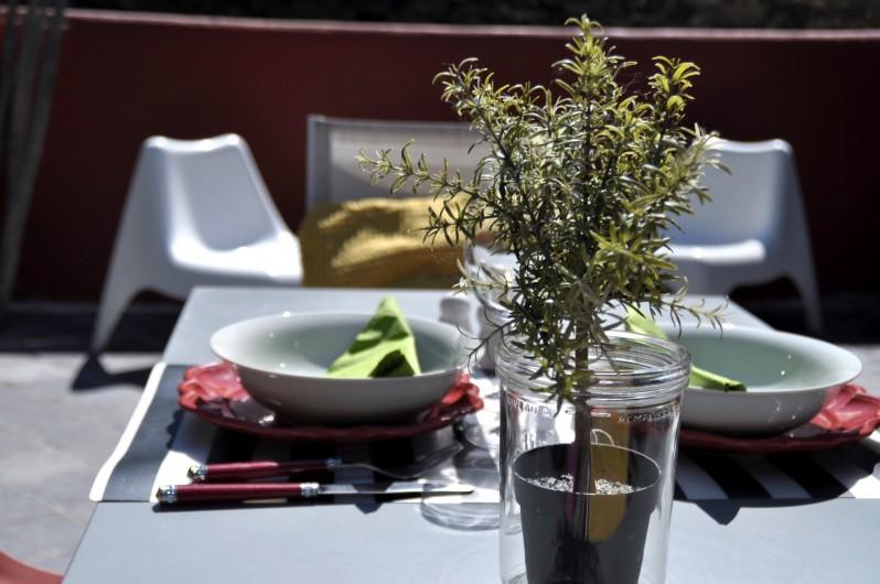 Location de vacances - Appartement à Binic - Terrasse avec coin repas et coin détente - Les Maisons de Victoire