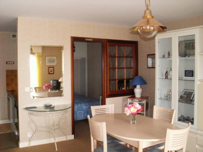 Location de vacances - Appartement à Binic - le coin repas, vue sur la chambre, sur la cuisine