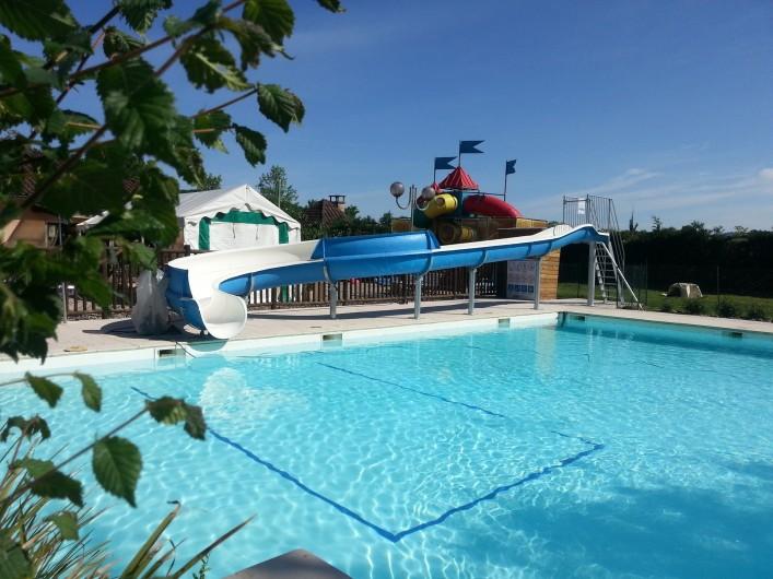 Location de vacances - Camping à Girac - piscine chauffée avec petit toboggan aquatique