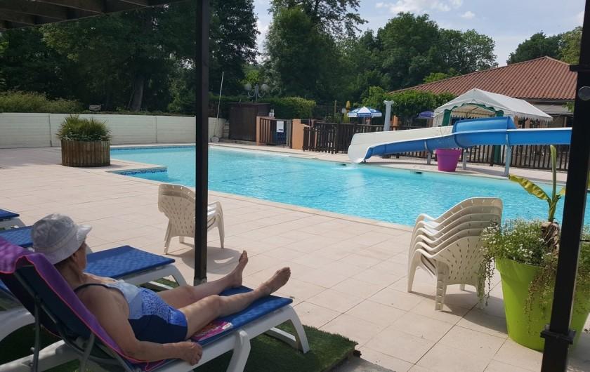 Location de vacances - Camping à Girac - espace piscine détente