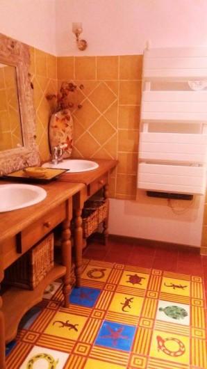 Location de vacances - Maison - Villa à Cheval-Blanc - salle de bains avec baignoire, double vasque et wc séparé