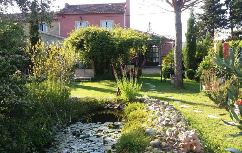 Location de vacances - Maison - Villa à Cheval-Blanc - maison et jardin vue du parking