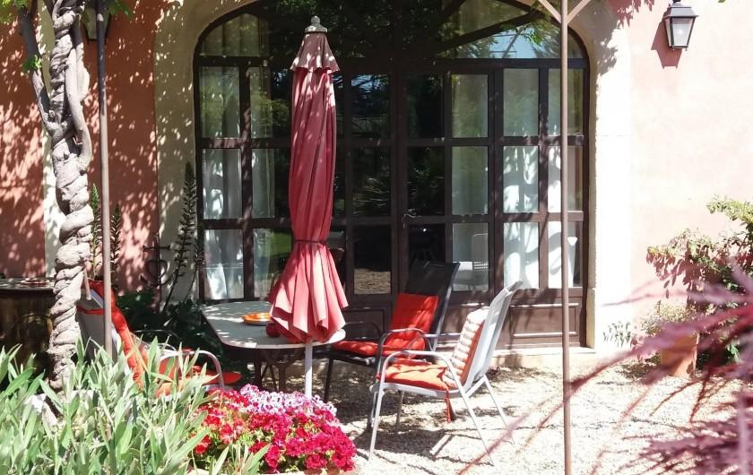 Location de vacances - Maison - Villa à Cheval-Blanc - Petit déjeuner sous la pergola ombragée par la gl ycine avec le soleil levant