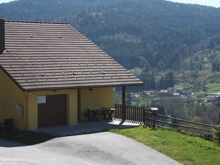 Location de vacances - Gîte à Cleurie - La maison jaune avec  terrasse et la vue sur la vallée de Gérardmer - Remiremont