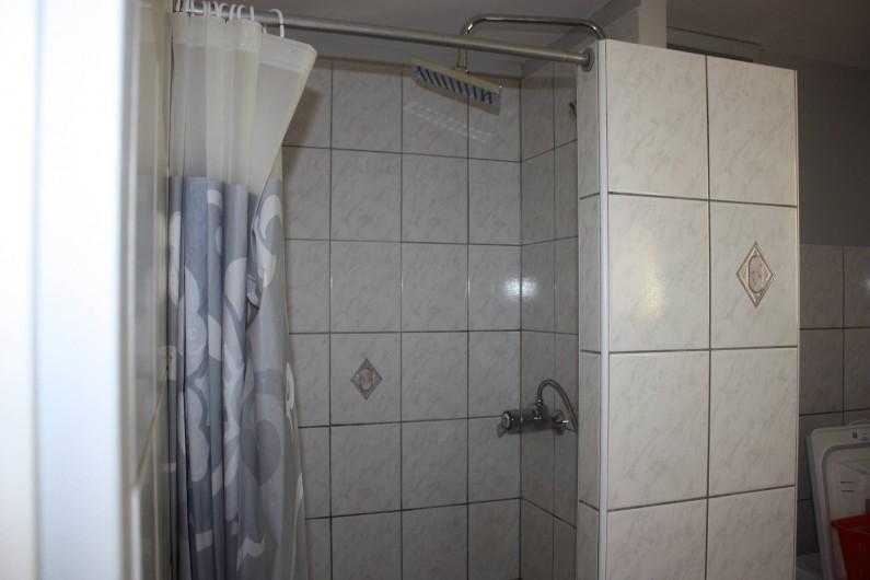 Location de vacances - Gîte à Cleurie - Douche de la salle de bain du RDC .