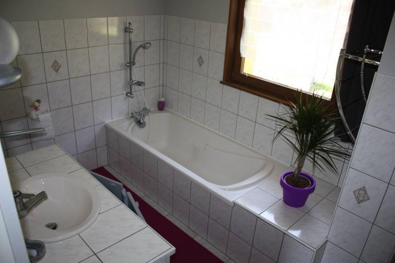 Location de vacances - Gîte à Cleurie - Salle de bain a l'étage  avec baignoire, wc, et vue sur la montagne.